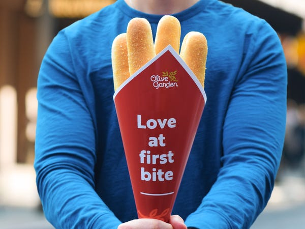 Olive Garden Has Breadstick Bouquets For Valentine#8217;s Day #8212; Yes PLEASE! 652141291