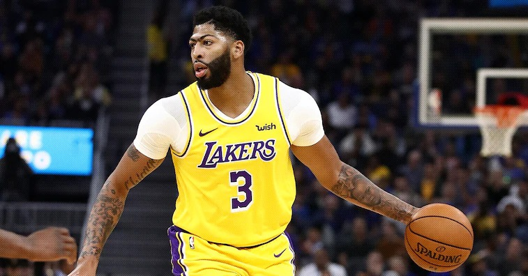 Anthony Davis Leaves Game With A Sprained Thumb